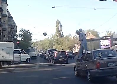 横断歩道に停まる車を許さない男