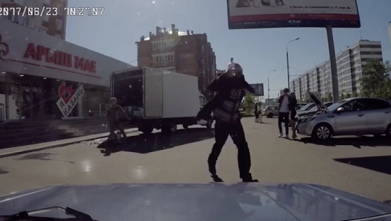 大胆にトラックから物を盗む男