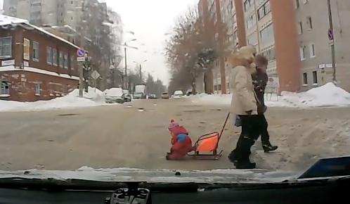 道路横断中に子供を落としちゃった女性