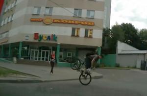 死角からの車にビックリした自転車
