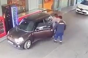 車から突然飛び出してきた犬に驚きすぎな店員
