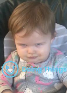 ニヒルな笑い方をする赤ちゃん