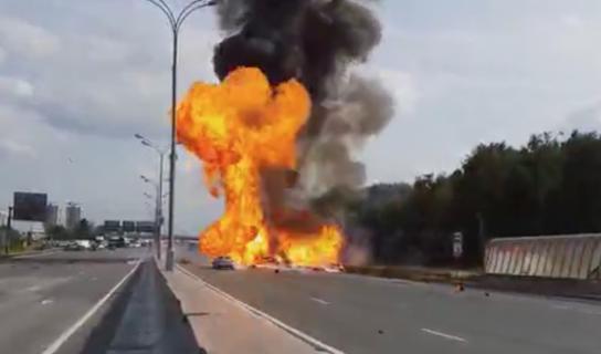 119本のガス管を積んだトラックが事故で大炎上