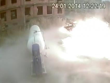 命がけでガス漏れのタンクの栓を閉める男