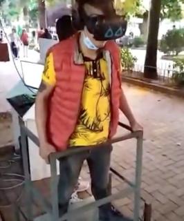 VRにのめり込みすぎて転倒する男性