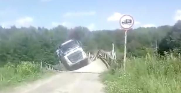 トラックの重さに耐えられず橋が崩壊