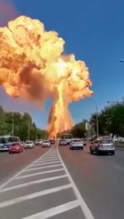 街中での巨大爆発の瞬間