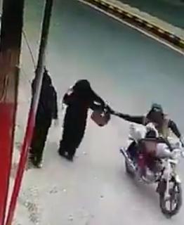 バイクでバッグを盗む瞬間