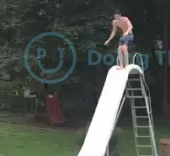立って滑り台に挑んで失敗