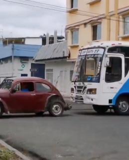 バスを牽引する車