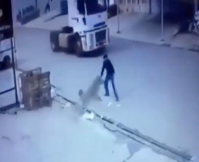 犬とトラックの事故を回避した男