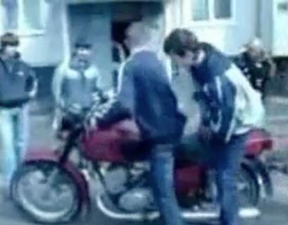 慣れないバイク操作失敗で暴走