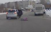移動中の車から落下する子供