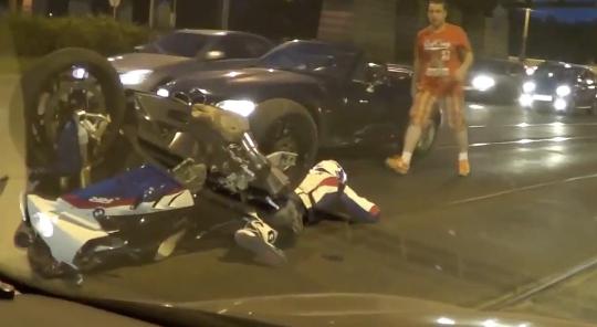迷惑すぎる歩行者のせいで転倒するバイク