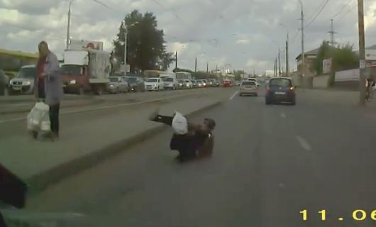 フラフラと道路に倒れ込む男