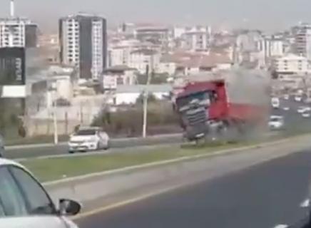 ブレーキ故障でトラック暴走