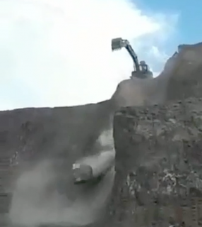 巨大岩が転がりすぎて車にヒット