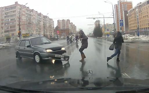 事故車に巻き込まれそうになるもギリギリよける歩行者