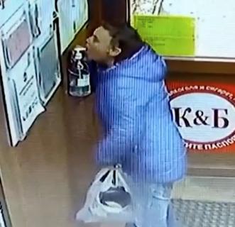 除菌スプレーを飲む謎の男
