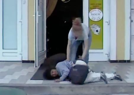 ドア前で暴れる泥酔状態の女性