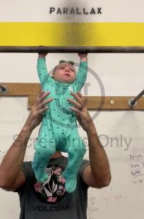 懸垂が凄い赤ちゃん