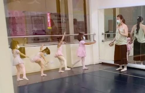 バレエの練習でズルがバレちゃった女の子