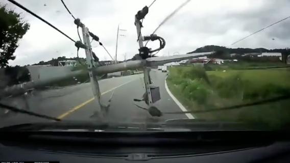 台風で倒れた電線に衝突して発火