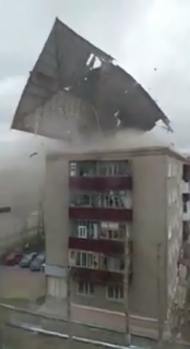 強風で飛ばされる屋根