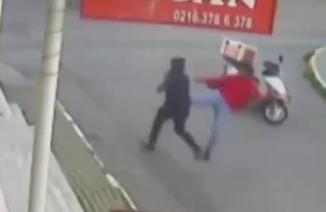 逃走犯をバイクで追いかけてひと蹴りで仕留める男