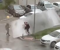 剥がれた屋根板に襲われる通行人