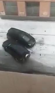 車同士で激しく衝突し合う女性
