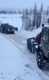 牽引失敗で行き道を滑り落ちるトラック