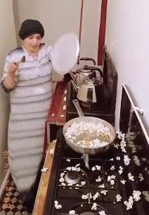 ポップコーンでパニックになる女性