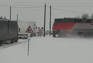 停止位置を間違えて電車にひかれるトラック