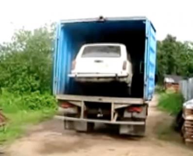 トラックに積んだ車の降ろし方