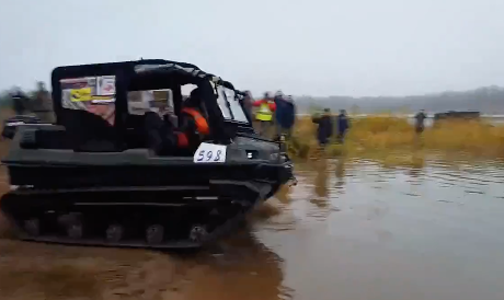 一瞬で沈んだ水陸両用車