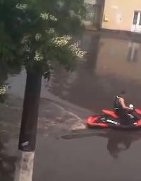 洪水を遊びに変える男たち