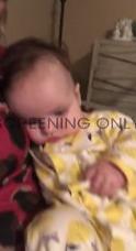 自分のお腹にびっくりな赤ちゃん