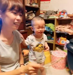 お気に入りの人形型ケーキを切られて大号泣する赤ちゃん