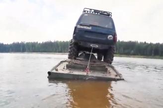特殊車両だけど川渡り失敗