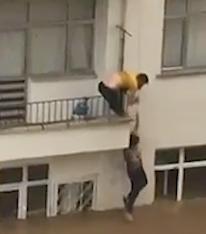 洪水から脱出するマンション住人