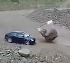落とした巨大岩が車に直撃