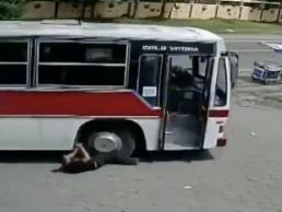 バスの運転手が心臓発作で歩行者に突っ込む