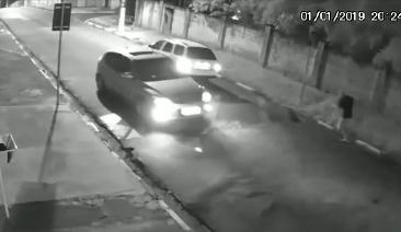 路上強盗から高速で逃げる男