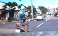 片足立でバイクに乗る謎人物