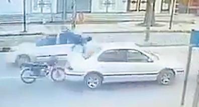 事故後に車に着地したバイク