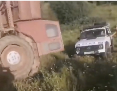 トラクターで引き上げるつもりが状況悪化